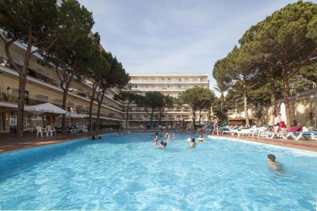 Hotel-Oasis-Park-pool